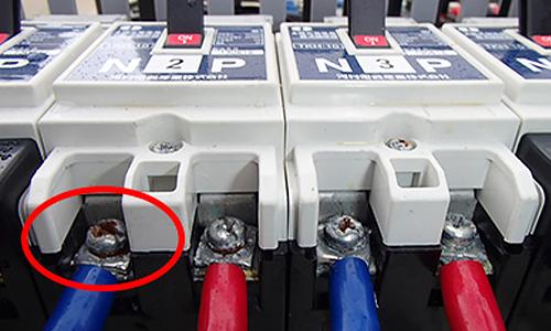パワーコンディショナーや接続箱を確認